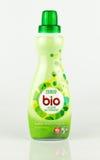 Tesco bio toppet koncentrerat vätsketvätteritvättmedel royaltyfri foto