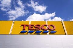 Tesco firmy logo na supermarketa budynku Zdjęcia Stock
