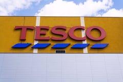 Tesco firmy logo na supermarketa budynku Fotografia Stock
