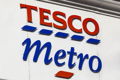 Tesco Metro Logo. NORWICH, UK - JANUARY 17TH 2017: A sign for a Tesco Metro store located in Norwich city centre, on 17th January 2017 Stock Images
