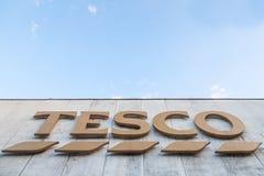 Tesco på deras huvudsakliga supermaket i Szeged Tesco är ett brittiskt supermarketmärke arkivbilder