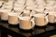 Teserviser koppar för vitt kaffe för samling, buffé som sköter om Arkivfoton