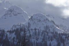 Tesino (Suiza) - montañas con las nubes en la luz pilota Fotografía de archivo libre de regalías