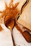 Tesked med spillt kakaopulver på linnebakgrund Royaltyfri Foto