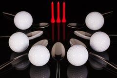 Teskedar och golfutrustningar på den svarta glass tabellen Royaltyfri Fotografi