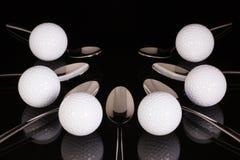 Teskedar och golfutrustningar på den svarta glass tabellen Royaltyfria Bilder