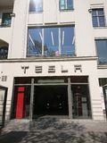 Tesla едет на автомобиле экстерьер автосалона стоковая фотография
