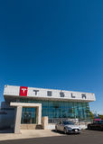 Tesla едет на автомобиле дилерские полномочия автомобиля Стоковые Фото