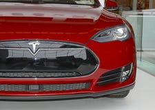 Tesla едет на автомобиле модельный s на дисплее в Нью-Йорке Стоковое фото RF
