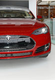 Tesla едет на автомобиле модельный s на дисплее в Нью-Йорке Стоковое Изображение