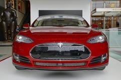 Tesla едет на автомобиле модельный s на дисплее в Нью-Йорке Стоковое Фото