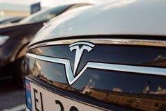 Tesla едет на автомобиле логотип стоковые фотографии rf