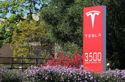 Tesla едет на автомобиле штабы мира Стоковые Фотографии RF