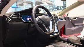 Tesla alle-elektrische Models 75D, luxe, liftback autobinnenland stock videobeelden