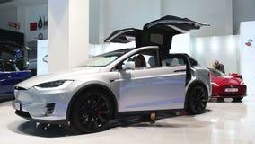 Tesla alle-elektrische Modelx, luxe, de auto van oversteekplaatssuv stock video