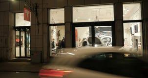Tesla-Ausstellungsraumkunden, die Ausstellungsraum herausnehmen stock footage