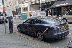 Tesla bil som laddar i Amsterdam royaltyfri foto