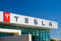 Tesla bilar bilåterförsäljaren Arkivbild