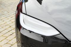 Tesla bilmodell S - detalj av främre ljus Arkivfoton