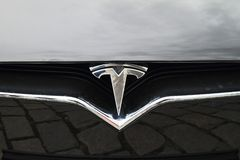 Tesla bilmodell S - detalj av logoen Royaltyfri Fotografi