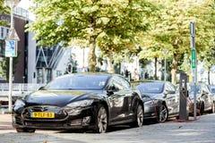 Tesla che fa pagare all'aperto immagine stock libera da diritti