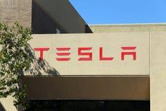 Tesla circule en voiture des sièges sociaux du monde Image libre de droits