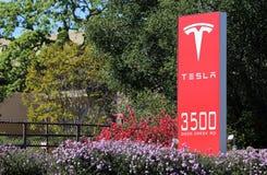 Tesla circule en voiture des sièges sociaux du monde Photos libres de droits