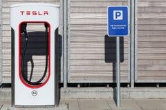 Tesla kompressorstation och parkering Arkivfoton