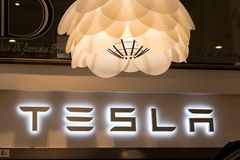Tesla-Logo auf Tesla-Ausstellungsraum stockfotografie
