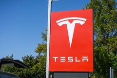 Tesla logo framme av en visningslokal som lokaliseras i San Francisco Bay område Arkivbilder