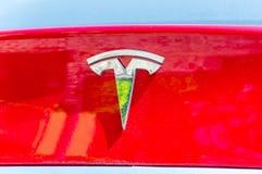 Tesla logo na czerwonym samochodowym ciele obrazy royalty free