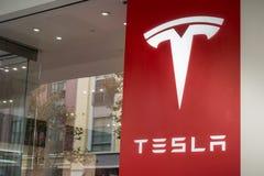 Tesla logo på fönsterframdelen av visningslokalen som lokaliseras i området för Santana radshopping, Silicon Valley, San Francisc Royaltyfria Foton