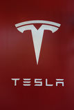 Tesla logotecken på den nya Tesla återförsäljaren Royaltyfri Bild