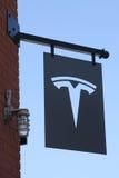 Tesla logotecken på den nya Tesla återförsäljaren Arkivbilder