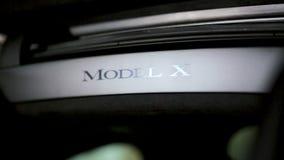 Tesla modèlent X au nouveau concessionnaire de Tesla clips vidéos