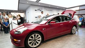 Tesla Model 3 an der internationalen Autoausstellung Autoausstellung Mondial Paris stock video