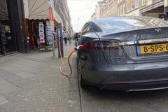 Tesla model S na ładuje staci zdjęcie stock