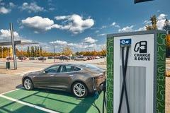 Tesla model S przy Ładuje stacją fotografia stock