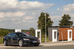 Tesla model S przy Supercharger Obrazy Royalty Free