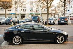 Tesla model S w centralnym mieście parkującym Fotografia Royalty Free