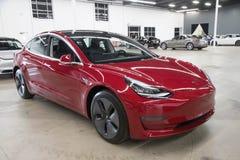Tesla model 3 w Doręczeniowym centrum fotografia stock