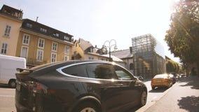 Tesla modela el movimiento parqueado coche de la inclinación-abajo de la calle de X SUV almacen de metraje de vídeo
