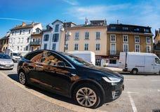 Tesla modela la lente ancha parqueada coche del ángel de la calle de X SUV imagen de archivo