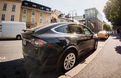 Tesla modela la lente ancha parqueada coche del ángel de la calle de X SUV foto de archivo
