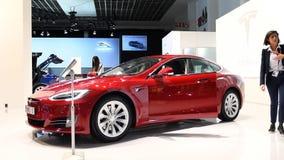 Tesla modela S 75D todo eléctrico, de lujo, coche del liftback almacen de metraje de vídeo