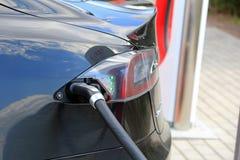 Tesla modela S Elektryczny samochód Jest Ładować szczegółem zdjęcie stock