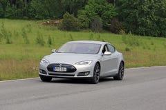 Tesla modela S Elektryczny samochód na lato drodze Fotografia Royalty Free