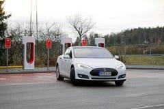 Tesla modela S Elektryczny samochód Opuszcza Supercharger stację Obrazy Stock