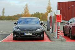 Tesla modela S samochody Czopujący Wewnątrz przy Supercharger stacją fotografia royalty free