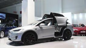 Tesla modela X totalmente eléctrico, de lujo, coche de SUV de la cruce almacen de metraje de vídeo